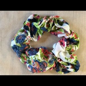 Floral infinity scarf. 100% viscose